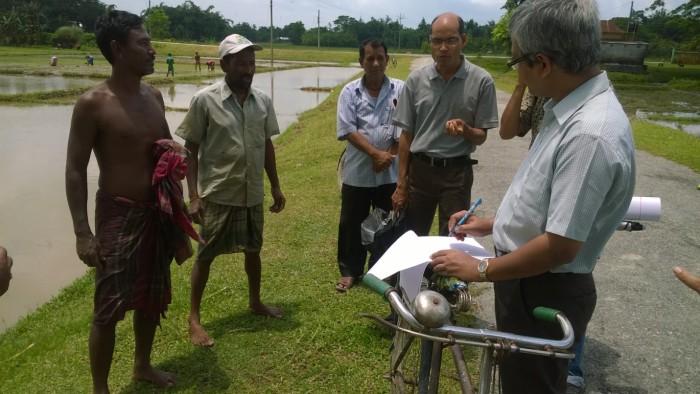 Picture 5 CDHI reps talk to farmers