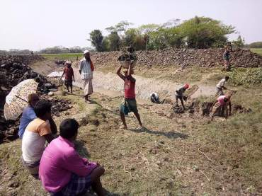 Fig2 Community people excavating the Hafamari canal, photo Milon Kumar Paul, 12th March, 2018